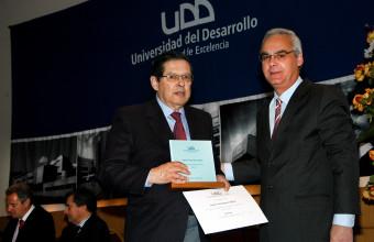 Ramón Domínguez Águila recibe reconocimiento a Profesor de Excelencia